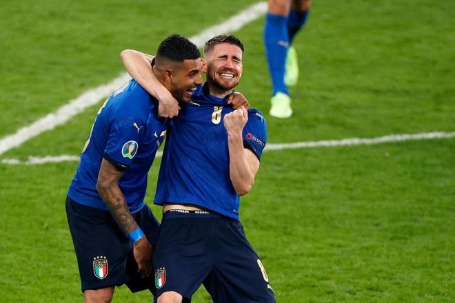 Trực tiếp từ Ý không khí ăn mừng sau khi đội nhà vô địch Euro 2020: Fan thức xuyên đêm, trời đỏ rực pháo sáng - Ảnh 19.