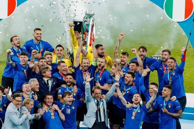 Trực tiếp từ Ý không khí ăn mừng sau khi đội nhà vô địch Euro 2020: Fan thức xuyên đêm, trời đỏ rực pháo sáng - Ảnh 18.