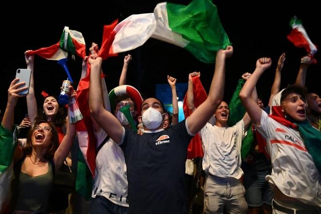 Trực tiếp từ Ý không khí ăn mừng sau khi đội nhà vô địch Euro 2020: Fan thức xuyên đêm, trời đỏ rực pháo sáng - Ảnh 16.
