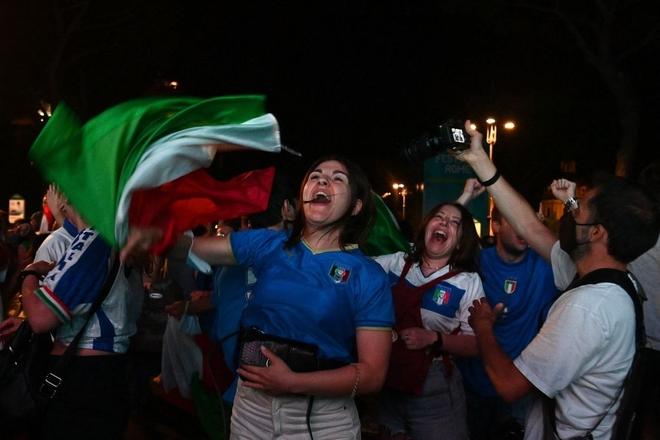 Trực tiếp từ Ý không khí ăn mừng sau khi đội nhà vô địch Euro 2020: Fan thức xuyên đêm, trời đỏ rực pháo sáng - Ảnh 17.