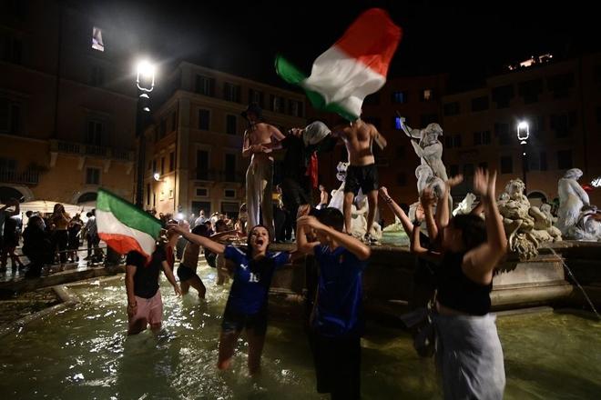 Trực tiếp từ Ý không khí ăn mừng sau khi đội nhà vô địch Euro 2020: Fan thức xuyên đêm, trời đỏ rực pháo sáng - Ảnh 15.