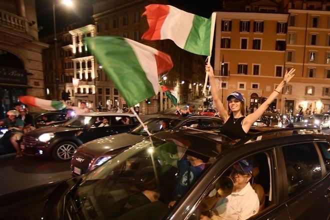 Trực tiếp từ Ý không khí ăn mừng sau khi đội nhà vô địch Euro 2020: Fan thức xuyên đêm, trời đỏ rực pháo sáng - Ảnh 14.