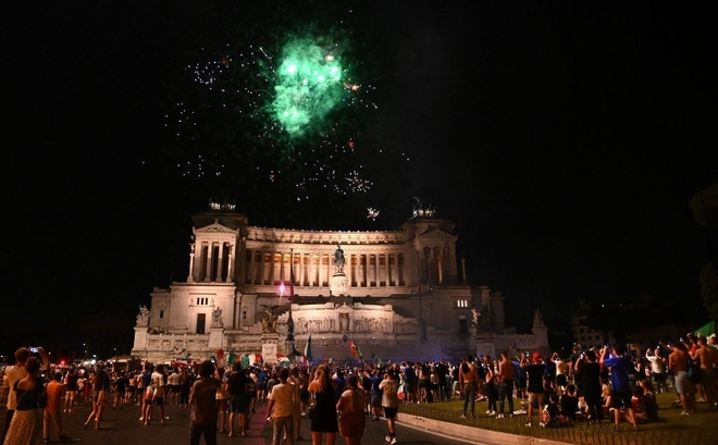 Trực tiếp từ Ý không khí ăn mừng sau khi đội nhà vô địch Euro 2020: Fan thức xuyên đêm, trời đỏ rực pháo sáng - Ảnh 13.