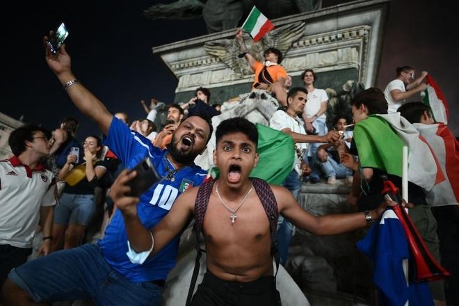 Trực tiếp từ Ý không khí ăn mừng sau khi đội nhà vô địch Euro 2020: Fan thức xuyên đêm, trời đỏ rực pháo sáng - Ảnh 11.