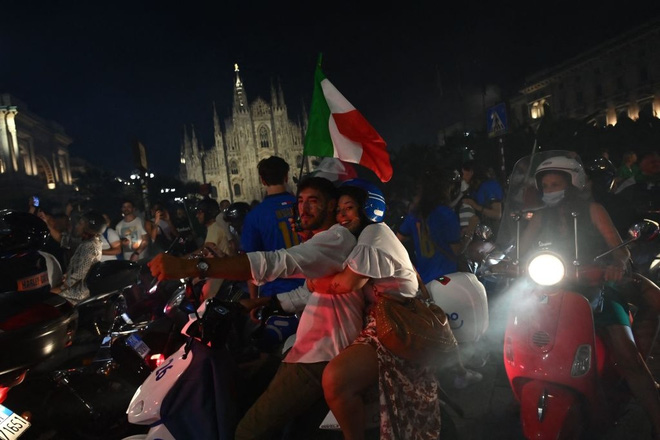 Trực tiếp từ Ý không khí ăn mừng sau khi đội nhà vô địch Euro 2020: Fan thức xuyên đêm, trời đỏ rực pháo sáng - Ảnh 12.