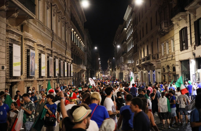 Trực tiếp từ Ý không khí ăn mừng sau khi đội nhà vô địch Euro 2020: Fan thức xuyên đêm, trời đỏ rực pháo sáng - Ảnh 1.