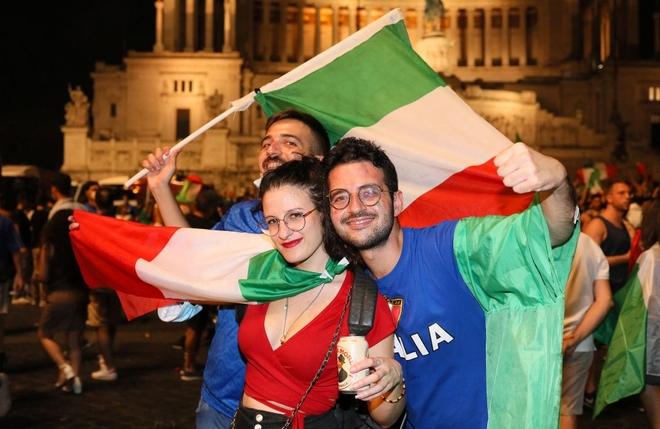 Trực tiếp từ Ý không khí ăn mừng sau khi đội nhà vô địch Euro 2020: Fan thức xuyên đêm, trời đỏ rực pháo sáng - Ảnh 2.