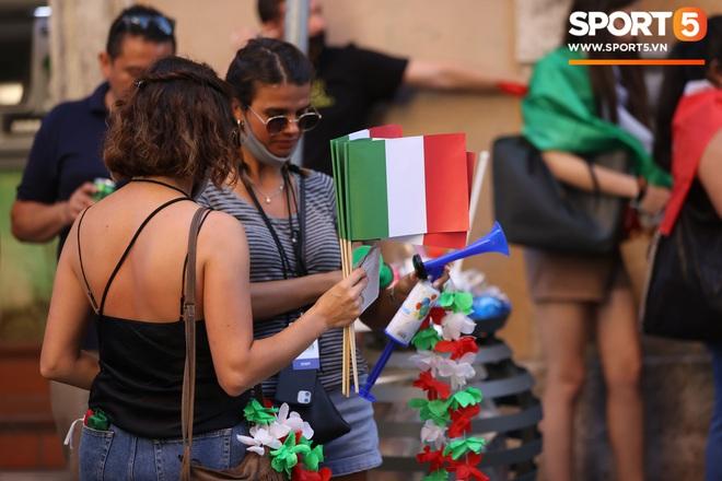 Fan hâm mộ quẩy banh nóc trước thềm trận chung kết Euro, không khí lễ hội tràn ngập trên khắp các con phố - Ảnh 6.