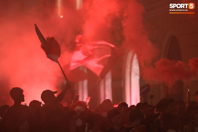 Trực tiếp từ Ý không khí ăn mừng sau khi đội nhà vô địch Euro 2020: Fan thức xuyên đêm, trời đỏ rực pháo sáng - Ảnh 24.