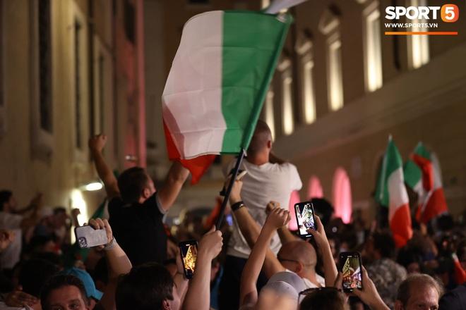 Trực tiếp từ Ý không khí ăn mừng sau khi đội nhà vô địch Euro 2020: Fan thức xuyên đêm, trời đỏ rực pháo sáng - Ảnh 9.