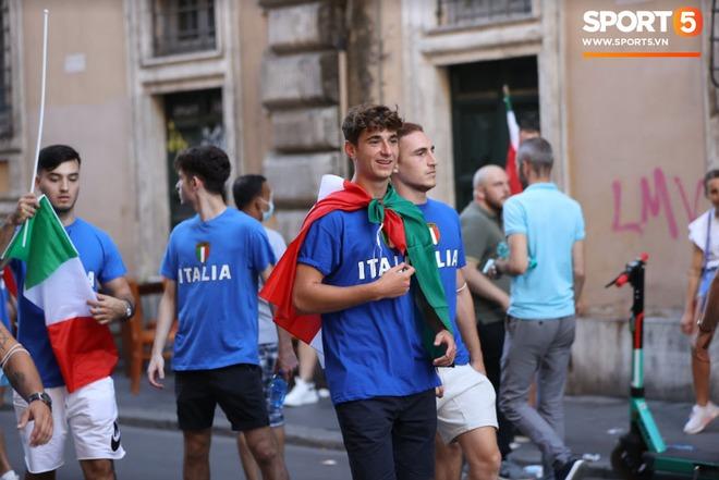 Fan hâm mộ quẩy banh nóc trước thềm trận chung kết Euro, không khí lễ hội tràn ngập trên khắp các con phố - Ảnh 5.