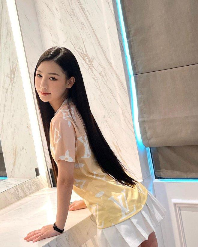 Góc tiết kiệm mùa dịch: Jennie đi chơi diện lại đồ cũ từ năm ngoái, Khánh Vân diện hoài đôi sneaker từ lúc đi thi tới lúc hết cách ly - Ảnh 3.