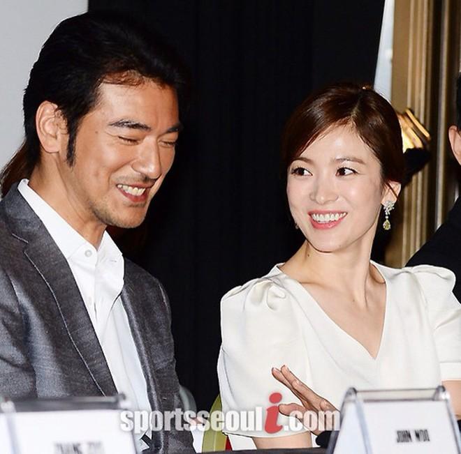 """Song Hye Kyo """"đại náo"""" Cannes: Giản dị mà vẫn đẹp ngất, """"nấm lùn"""" so kè với Chương Tử Di, lu mờ cả Huỳnh Hiểu Minh - Ảnh 3."""