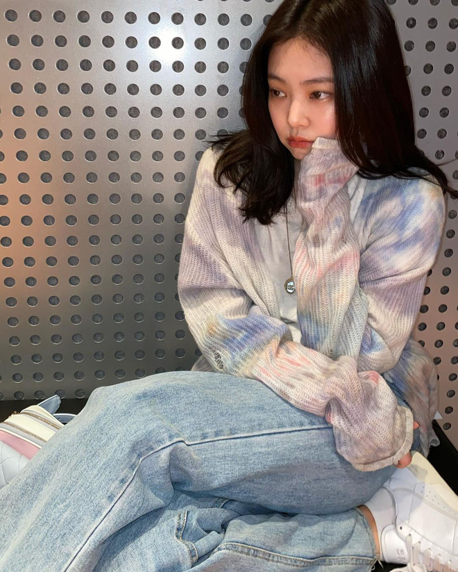 Góc tiết kiệm mùa dịch: Jennie đi chơi diện lại đồ cũ từ năm ngoái, Khánh Vân diện hoài đôi sneaker từ lúc đi thi tới lúc hết cách ly - Ảnh 1.