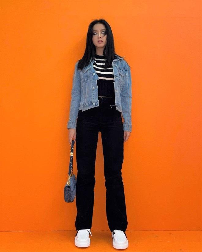 Góc tiết kiệm mùa dịch: Jennie đi chơi diện lại đồ cũ từ năm ngoái, Khánh Vân diện hoài đôi sneaker từ lúc đi thi tới lúc hết cách ly - Ảnh 2.