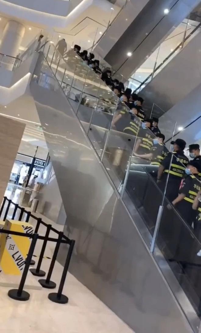 """Sự kiện lố bịch nhất Cbiz: Hoàng Cảnh Du huy động hơn 100 vệ sĩ xếp từ cửa lên thang máy tầng 2, Cnet mỉa mai """"Ủa fan đâu?"""" - Ảnh 3."""