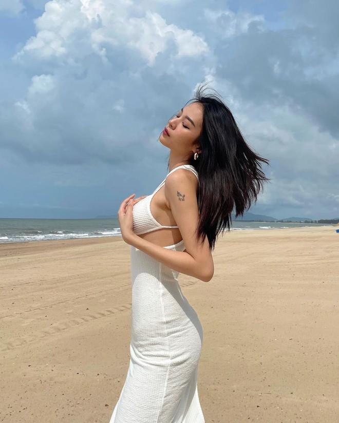 Cùng có body siêu bốc lại diện chung 1 mẫu váy hiểm hóc, Phí Phương Anh liệu có cơ trên phân Chi Pu? - Ảnh 2.