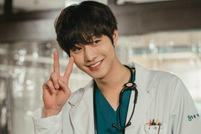4 soái ca ngành y gây sốt phim Hàn: Vừa đẹp người lại tốt nết thì không ai qua được Đức Phật Hospital Playlist - ảnh 5