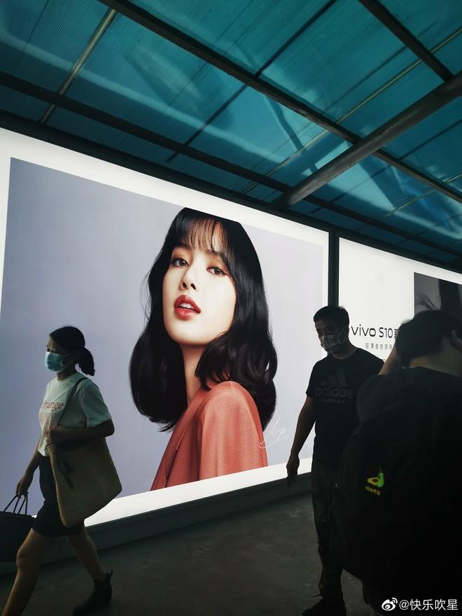 Choáng ngợp với hình ảnh của Lisa (BLACKPINK) phủ sóng khắp mọi nơi tại Trung Quốc - ảnh 9