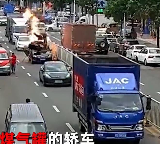 Clip: Xe ô tô bốc cháy ngùn ngụt giữa phố, người dân kéo nhau ra dập lửa thì bất ngờ nổ tung như trong phim hành động - Ảnh 2.