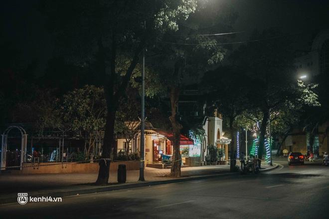 """Buổi tối Hà Nội vắng hơn cả Tết: Phố xá nơi đâu cũng """"thinh lặng"""", người dân ở nhà đóng cửa chống dịch - Ảnh 3."""