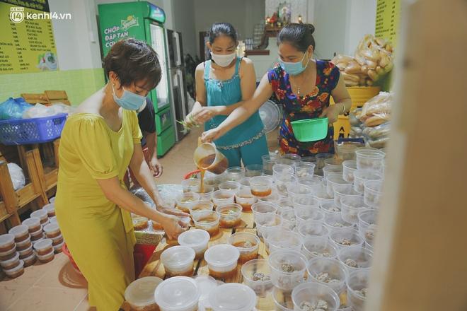 Mẹ khiếm thị, con trai nấu cơm rồi đi khắp Sài Gòn để tặng người khuyết tật: Mẹ có anh đi còn té ngã, cô chú ngoài kia chẳng biết sống sao - Ảnh 1.