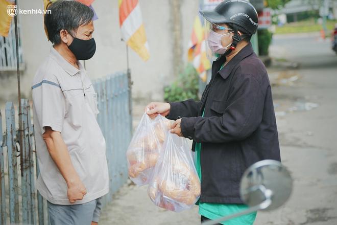 """Mẹ khiếm thị, con trai nấu cơm rồi đi khắp Sài Gòn để tặng người khuyết tật: """"Mẹ có anh đi còn té ngã, cô chú ngoài kia chẳng biết sống sao"""" - Ảnh 6."""