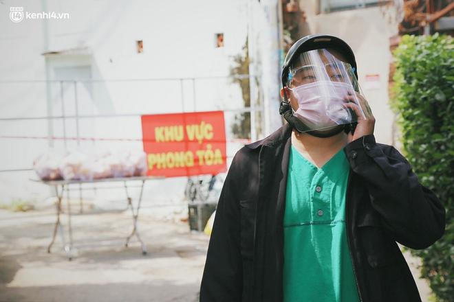 """Mẹ khiếm thị, con trai nấu cơm rồi đi khắp Sài Gòn để tặng người khuyết tật: """"Mẹ có anh đi còn té ngã, cô chú ngoài kia chẳng biết sống sao"""" - Ảnh 10."""