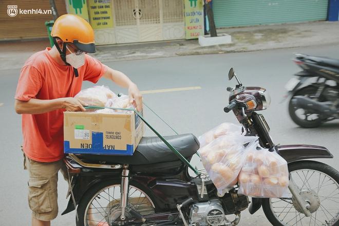 """Mẹ khiếm thị, con trai nấu cơm rồi đi khắp Sài Gòn để tặng người khuyết tật: """"Mẹ có anh đi còn té ngã, cô chú ngoài kia chẳng biết sống sao"""" - Ảnh 8."""