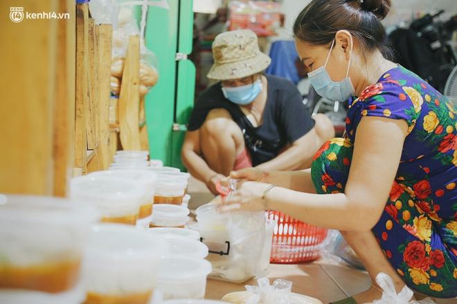 """Mẹ khiếm thị, con trai nấu cơm rồi đi khắp Sài Gòn để tặng người khuyết tật: """"Mẹ có anh đi còn té ngã, cô chú ngoài kia chẳng biết sống sao"""" - Ảnh 2."""