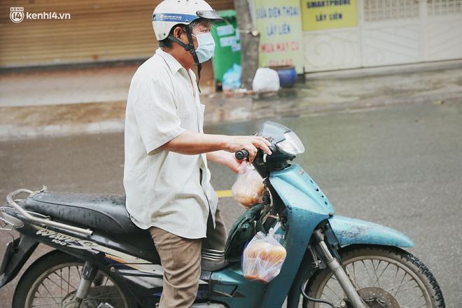 """Mẹ khiếm thị, con trai nấu cơm rồi đi khắp Sài Gòn để tặng người khuyết tật: """"Mẹ có anh đi còn té ngã, cô chú ngoài kia chẳng biết sống sao"""" - Ảnh 13."""