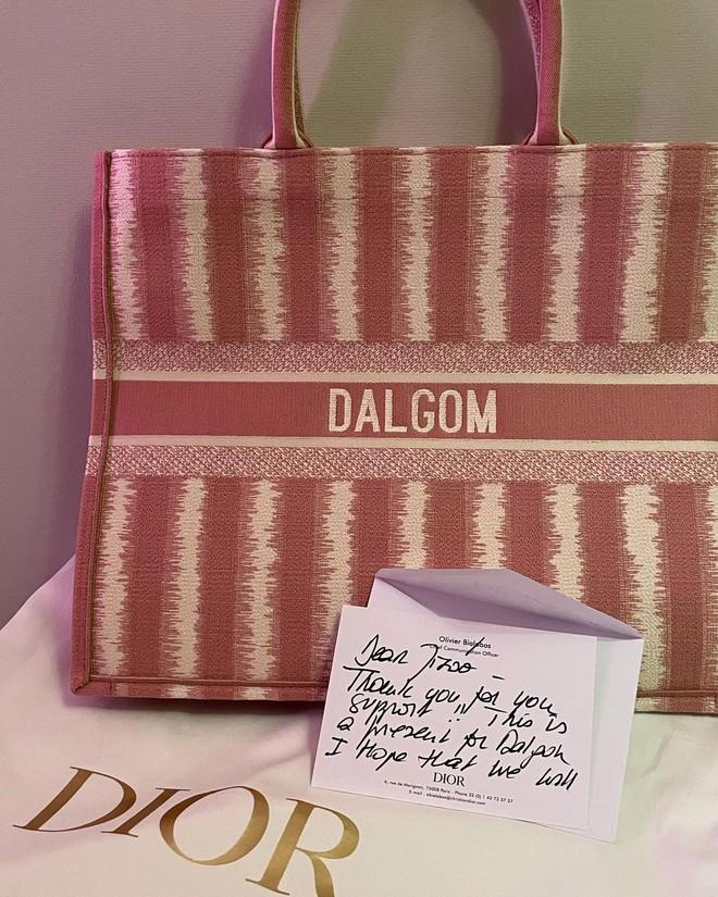 """""""Số hưởng"""" như cún cưng của nữ thần BLACKPINK: Tận 3 lãnh đạo cao cấp Dior gửi thư, tặng quà sinh nhật gần 80 triệu - Ảnh 5."""