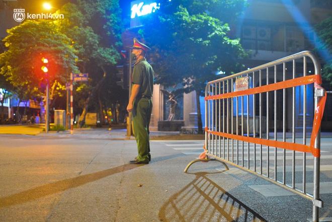 Hà Nội: Người dân né chốt, nửa đêm đến hồ Gươm tập thể dục dù công an canh gác xuyên đêm - Ảnh 3.