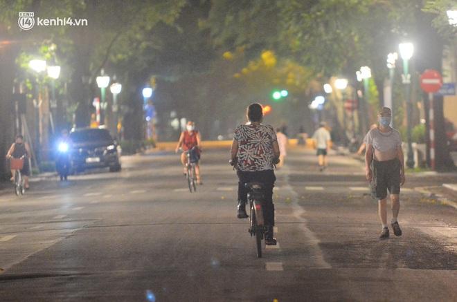 Hà Nội: Người dân né chốt, nửa đêm đến hồ Gươm tập thể dục dù công an canh gác xuyên đêm - Ảnh 1.