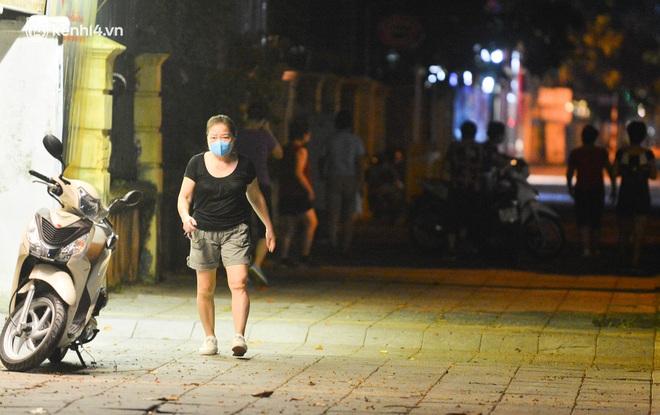 Hà Nội: Người dân né chốt, nửa đêm đến hồ Gươm tập thể dục dù công an canh gác xuyên đêm - Ảnh 16.