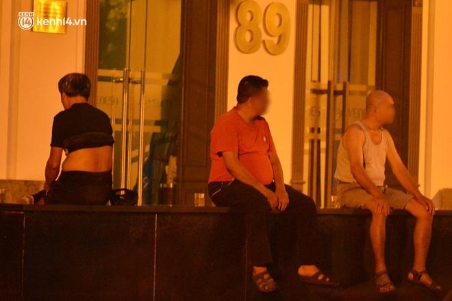 Hà Nội: Người dân né chốt, nửa đêm đến hồ Gươm tập thể dục dù công an canh gác xuyên đêm - Ảnh 22.
