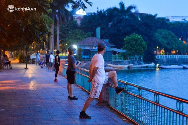 Hà Nội: Người dân né chốt, nửa đêm đến hồ Gươm tập thể dục dù công an canh gác xuyên đêm - Ảnh 18.