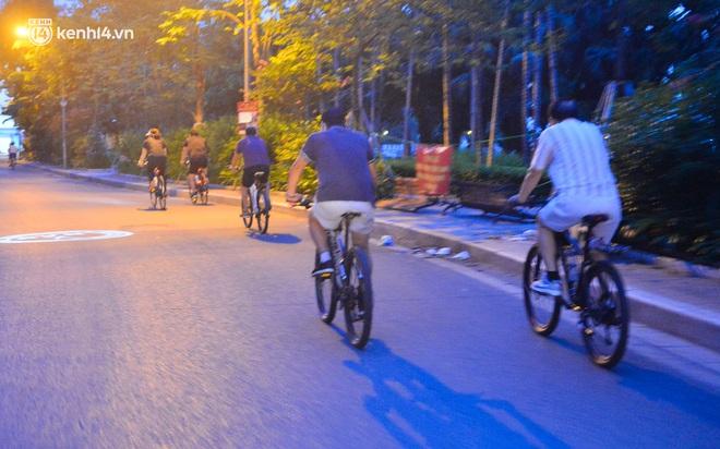 Hà Nội: Người dân né chốt, nửa đêm đến hồ Gươm tập thể dục dù công an canh gác xuyên đêm - Ảnh 20.