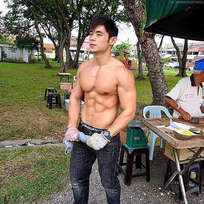 """Từng nổi toàn mạng châu Á vì bức ảnh chụp trộm vu vơ ngoài chợ, """"hot boy bán sầu riêng"""" 6 múi năm nào giờ có cuộc sống đổi đời ra sao? - ảnh 4"""