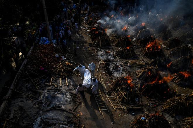 Chuyên gia hé lộ sự thật tăm tối của địa ngục Covid Ấn Độ: Số người chết thực tế phải gấp 10 lần, chiếm 80% ca tử vong của thế giới vào lúc này - ảnh 1