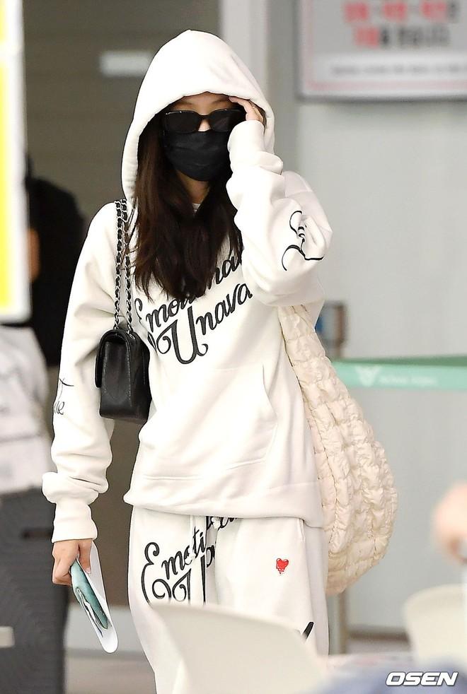 Jennie biến sân bay Hàn thành sàn catwalk, ai dè 5 phút sau phải ôm đầu sợ hãi, chạy trốn vì bị quây trong đám đông hỗn loạn - ảnh 6