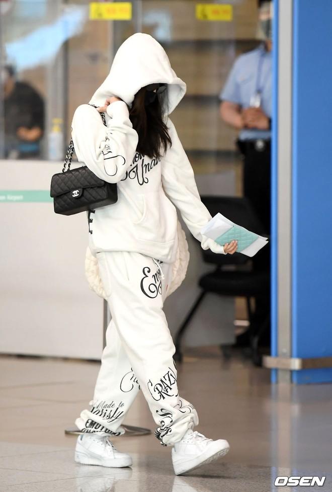 Jennie biến sân bay Hàn thành sàn catwalk, ai dè 5 phút sau phải ôm đầu sợ hãi, chạy trốn vì bị quây trong đám đông hỗn loạn - ảnh 4