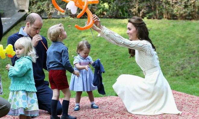 Công nương Kate luôn đeo 1 chiếc dây chuyền siêu giản dị, ý nghĩa đằng sau khiến ai nấy xúc động - ảnh 11
