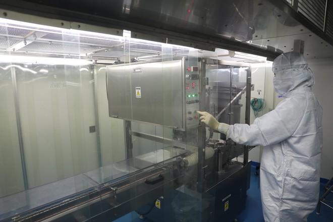 Ảnh: Cận cảnh quy trình gia công, đóng ống vaccine Sputnik V tại Việt Nam - Ảnh 3.
