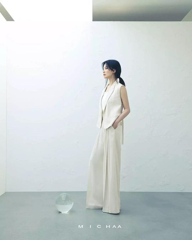 Bóc mẽ Song Hye Kyo: Ảnh thời trang khác hẳn đời thực với chiều cao gây lú, nhìn đôi chân mà haizzz - ảnh 1