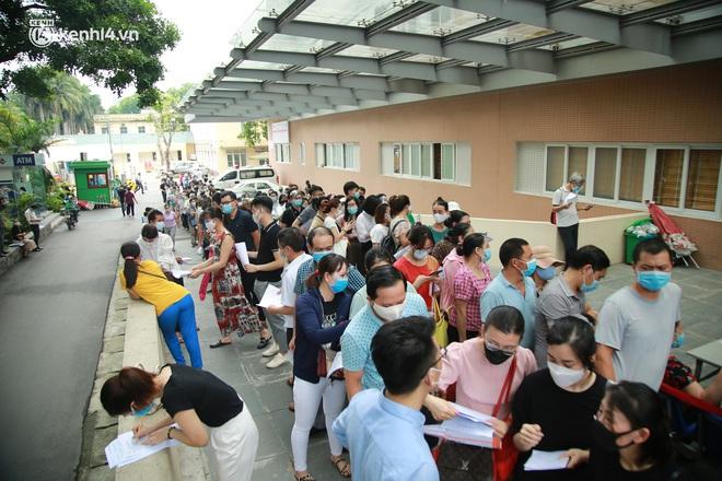Hà Nội: Biển người chen chân đến Bệnh viện E chờ tiêm phòng vắc xin Covid-19 - ảnh 2