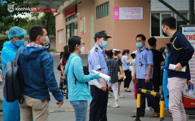 Hà Nội: Biển người chen chân đến Bệnh viện E chờ tiêm phòng vắc xin Covid-19 - ảnh 15