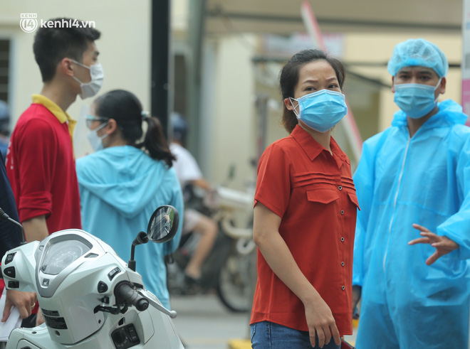 Hà Nội: Biển người chen chân đến Bệnh viện E chờ tiêm phòng vắc xin Covid-19 - ảnh 16