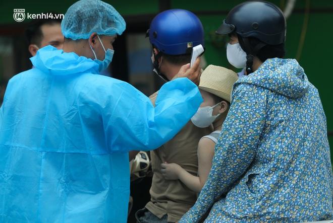 Hà Nội: Biển người chen chân đến Bệnh viện E chờ tiêm phòng vắc xin Covid-19 - ảnh 14