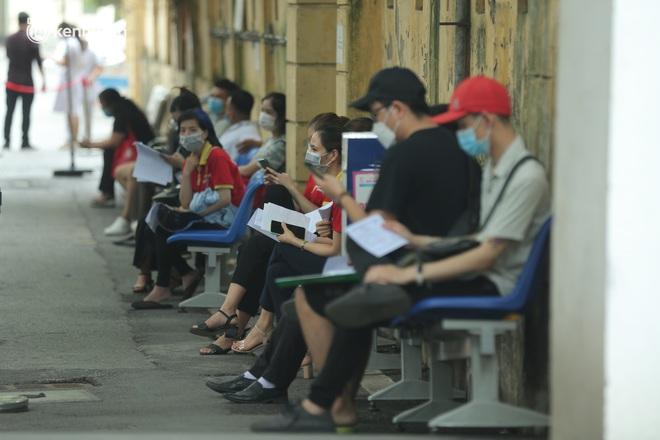 Hà Nội: Biển người chen chân đến Bệnh viện E chờ tiêm phòng vắc xin Covid-19 - ảnh 17